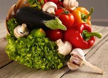 vegetais Bio vegetal fresco em uma cesta Sobre o fundo da natureza Imagem de Stock Royalty Free