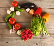 vegetais Bio vegetal fresco em uma cesta Sobre o fundo da natureza Fotografia de Stock Royalty Free