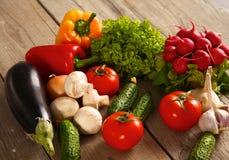 vegetais Bio vegetal fresco em uma cesta Sobre o fundo da natureza Fotografia de Stock
