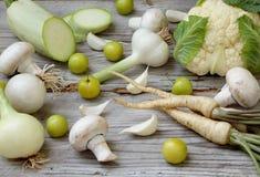 Vegetais brancos no fundo de madeira Foto de Stock Royalty Free