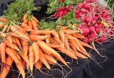 Vegetais, cenouras e rabanetes em um mercado dos fazendeiros Foto de Stock Royalty Free