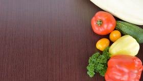 Vegetais coloridos em uma placa escura fotos de stock