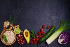 Vegetais coloridos, frutos e bagas - alimento saudável, dieta, desintoxicação, comer limpo ou conceito do vegetariano Fundo do al Imagem de Stock Royalty Free