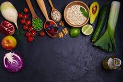 Vegetais coloridos, frutos e bagas - alimento saudável, dieta, desintoxicação, comer limpo ou conceito do vegetariano Fundo do al Fotografia de Stock Royalty Free