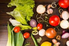 Vegetais coloridos sortidos na tabela de madeira Imagens de Stock