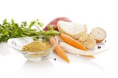 Vegetais com carne no fundo branco Cozimento da sopa Fotografia de Stock