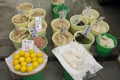 Vegetais conservados em um marcado em Japão foto de stock