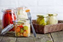 Vegetais conservados sazonais do outono nos frascos de vidro fotografia de stock