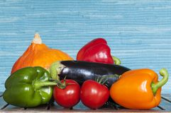 Vegetais contra o fundo azul Fotografia de Stock Royalty Free