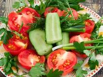 Vegetais cortados em uma placa Fotos de Stock Royalty Free