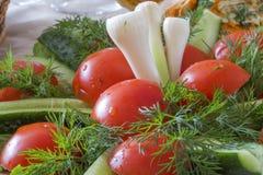 Vegetais cortados frescos em um prato na tabela Imagem de Stock