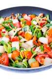 Vegetais cortados na bandeja isolada Fotos de Stock