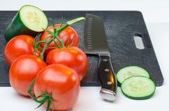 Vegetais cortados na placa de corte Imagens de Stock