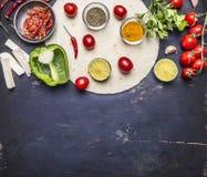 Vegetais cortados na tortilha, ingredientes para cozinhar a beira dos burritos com área de texto no horizonte rústico de madeira  Foto de Stock