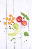 Vegetais cortados no fundo de madeira branco Fotos de Stock Royalty Free