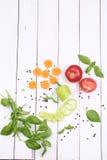 Vegetais cortados no fundo de madeira branco Fotografia de Stock