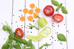 Vegetais cortados no fundo de madeira branco Imagens de Stock
