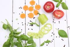 Vegetais cortados no fundo de madeira branco Imagem de Stock Royalty Free
