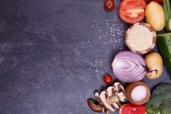 Vegetais cortados pimenta da beringela dos brócolis da couve da cebola flatlay imagem de stock