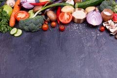Vegetais cortados pimenta da beringela dos brócolis da couve da cebola flatlay fotos de stock royalty free
