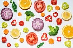 Vegetais cortados sortidos e frutos Fotos de Stock