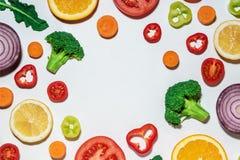 Vegetais cortados sortidos e frutos Foto de Stock