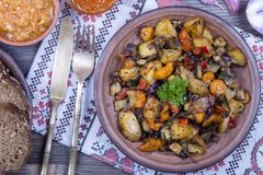 Vegetais cozidos em uma bacia branca na tabela de madeira Fim acima Imagens de Stock Royalty Free