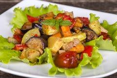 Vegetais cozidos em uma bacia branca na tabela de madeira Fim acima Fotos de Stock Royalty Free
