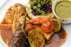 Vegetais cozinhados com batatas e molho triturados imagens de stock royalty free