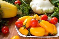 Vegetais crus coloridos frescos orgânicos na cesta Imagens de Stock Royalty Free