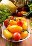 Vegetais crus coloridos frescos orgânicos na cesta Imagens de Stock