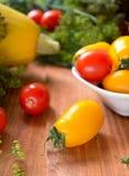 Vegetais crus coloridos frescos orgânicos na cesta Foto de Stock