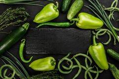 Vegetais crus saudáveis do vegetariano do verão, cebolas, feijões, tomilho, abobrinha e pimenta verde no fundo de pedra escuro imagem de stock royalty free