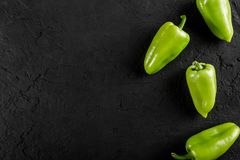 Vegetais crus saudáveis do vegetariano do verão, cebolas verdes e pimenta no fundo de pedra escuro foto de stock