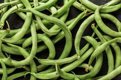 Vegetais crus saudáveis do vegetariano do verão, fundo do teste padrão dos feijões verdes Alimento saudável, vista superior fotos de stock royalty free