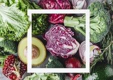 Vegetais crus saudáveis do verão, salada fresca, abacate, verdes, espinafres, romã, couve, brócolis e quadro do papel Saudável foto de stock