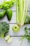 Vegetais da cor verde nas placas rústicas brancas Imagens de Stock Royalty Free