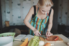 Vegetais da estaca da mulher nova Imagem de Stock