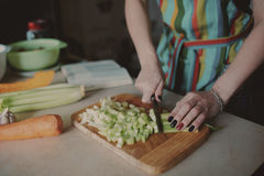 Vegetais da estaca da mulher nova Fotos de Stock Royalty Free