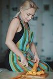 Vegetais da estaca da mulher nova Fotografia de Stock Royalty Free