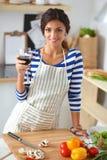 Vegetais da estaca da mulher nova na cozinha Fotografia de Stock Royalty Free