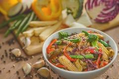 Vegetais da fritada da agitação do frigideira chinesa com galinha e macarronetes Foto de Stock Royalty Free