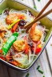 Vegetais da mistura do chinês e macarronetes de arroz Imagem de Stock