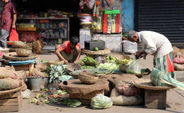 Vegetais da venda do comerciante da rua exteriores em Kolkata Imagens de Stock