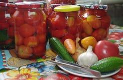 Vegetais de colocação em latas Foto de Stock