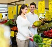 Vegetais de compra dos pares Foto de Stock Royalty Free
