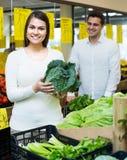 Vegetais de compra dos pares Fotografia de Stock
