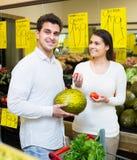Vegetais de compra dos pares Imagens de Stock