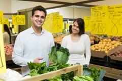 Vegetais de compra dos pares Fotografia de Stock Royalty Free