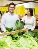 Vegetais de compra dos pares Imagem de Stock Royalty Free